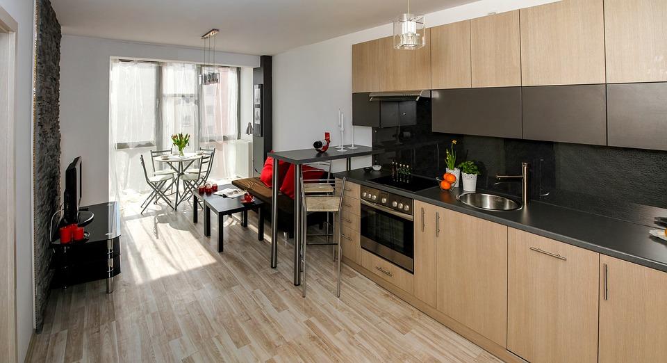 Salon z kuchnią – kiedy warto łączyć?