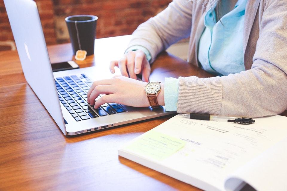 Własna działalność czy umowa o pracę – co wybrać