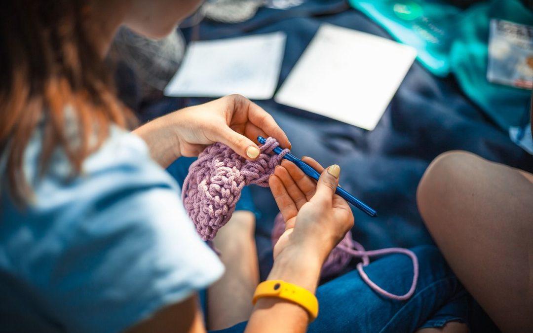 Dzierganie na drutach – jakie przynosi korzyści